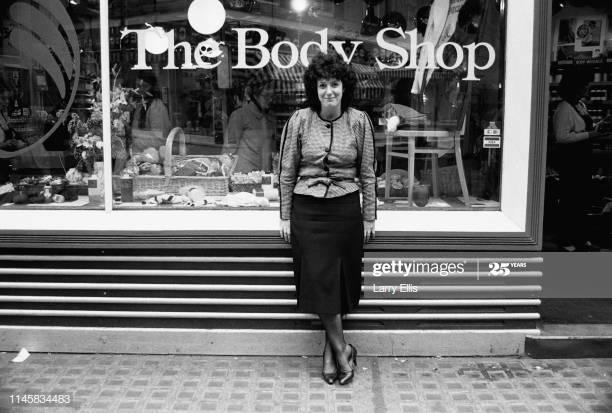 Photo d'Anita Roddick, fondatrice The Body Shop, devant une de ses boutiques en 1984